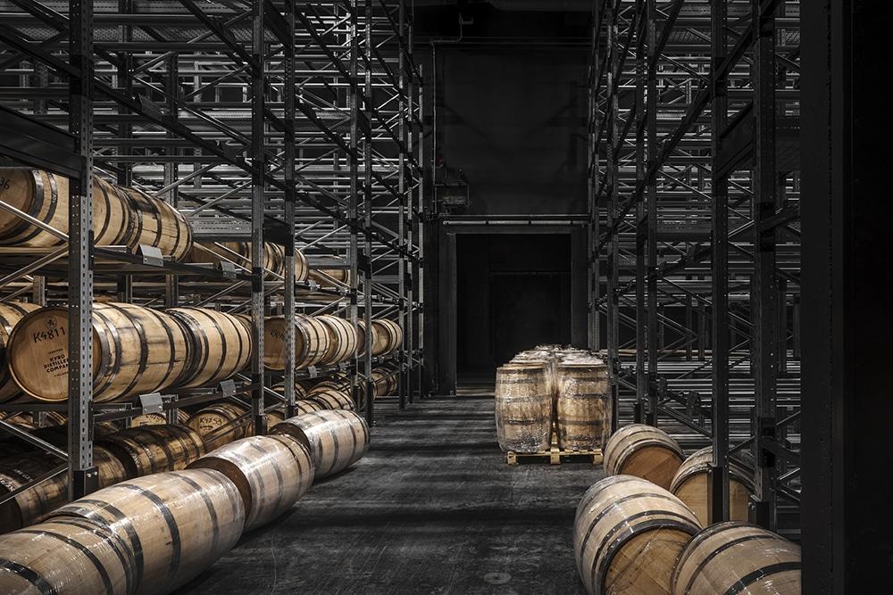 Kyrö Distillery Companyn tynnyrivarasto sisänäkymä