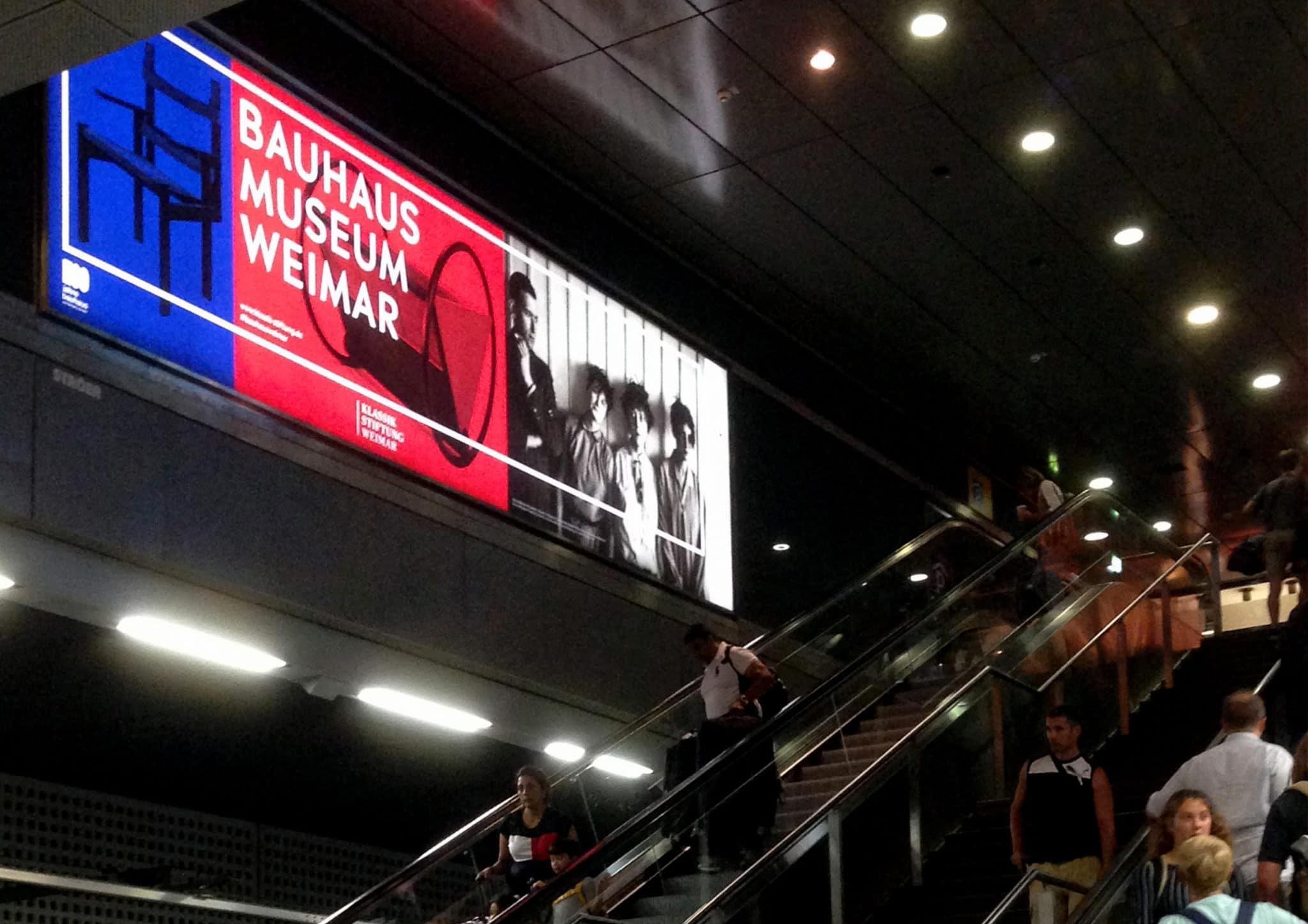 Weimarin Bauhaus-museon valomainos metrokäytävässä.
