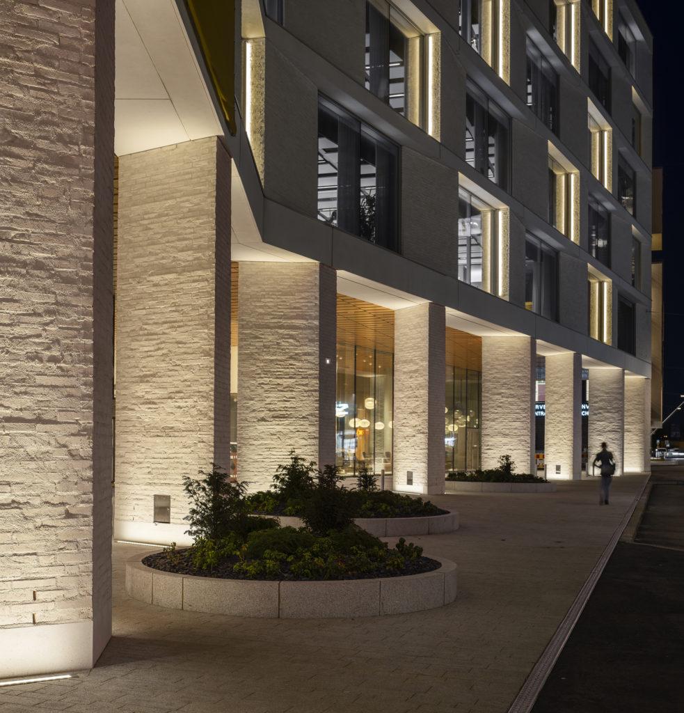 Iltanäkymä ulkoa / Evening view from the pedestrian level