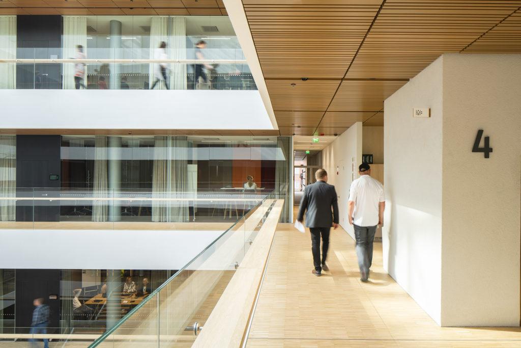 Näkymä aulan käytävältä / Corridor adjoining the lobby